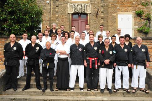 Les stagiaires réunis sur les marche du dojo