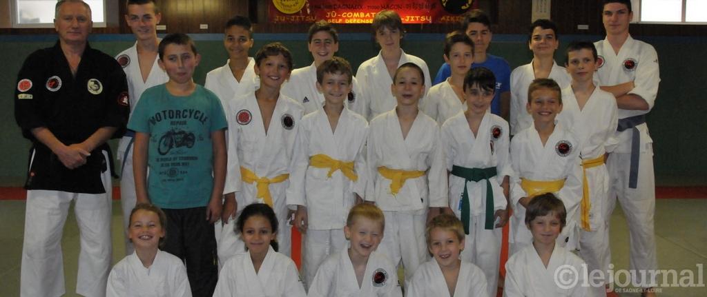 Le président à gauche avec une partie de ses élèves