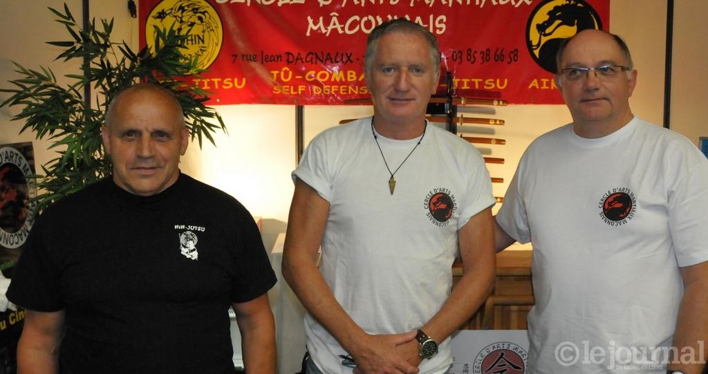 Le président entoure de deux membres de l'association